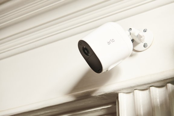 Arlo Essential Spotlight -valvontakamera LED-valolla, valkoinen, kuva 2