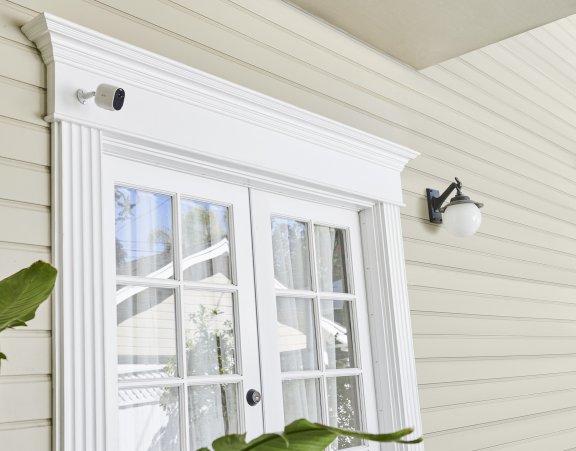Arlo Essential Spotlight -valvontakamera LED-valolla, valkoinen, kuva 5