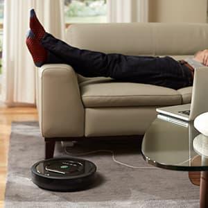 Robotti-imuri lattialla ja löhöilyä sohvalla