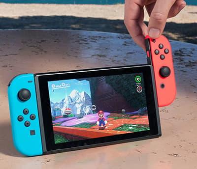 Nintendo Switch -peliohjaimet kiinnitetään konsoliin josta tulee handheld-konsoli