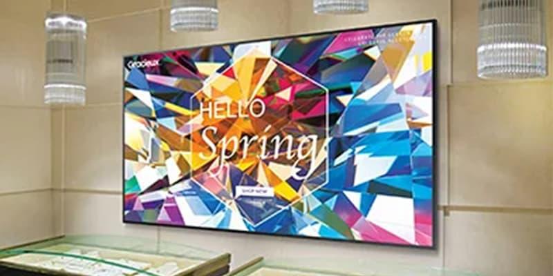 Samsung näyttö seinällä
