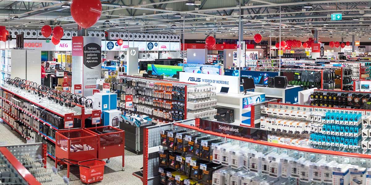 Koko myymälä, laaja valikoima ja notkuvat hyllyt mm. kuulokkeita