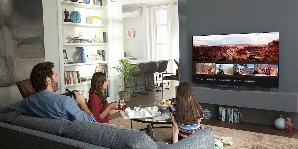 Perhe olohuoneessa katsomassa televisiota