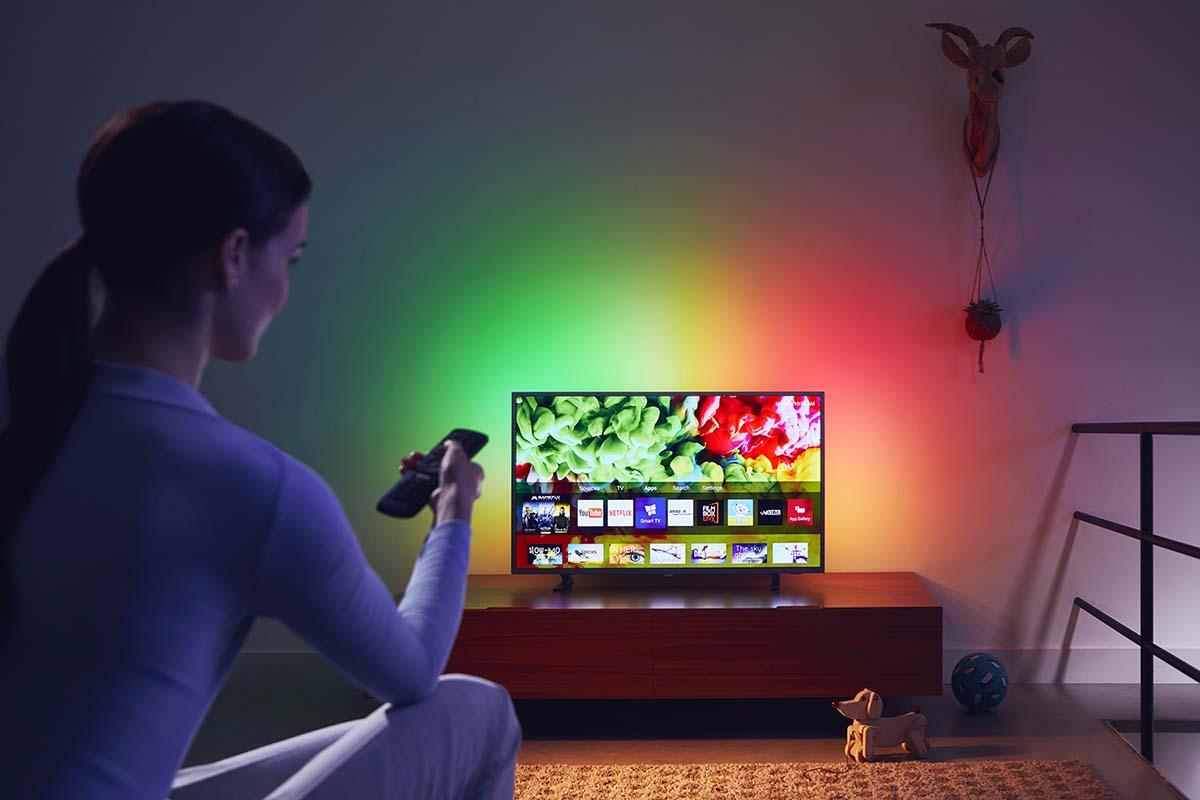 Sovellusvalikko auki televisiossa ja kaukosäädin