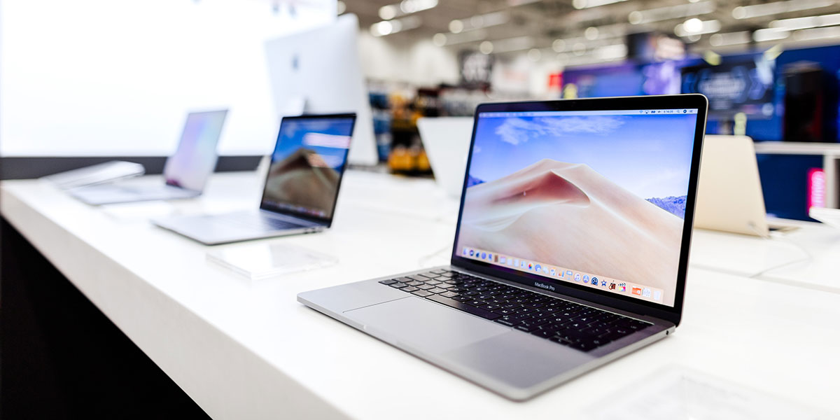 MacBook-kannettava esittelypöydällä