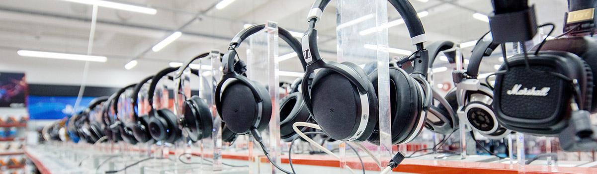 Iso kuulokeständi myymälässä, laaja valikoima