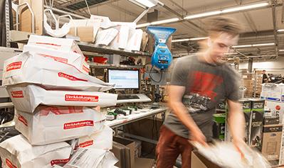 Postittaja pakkaa Verkkokauppa.com tilauksia postipaketteihin
