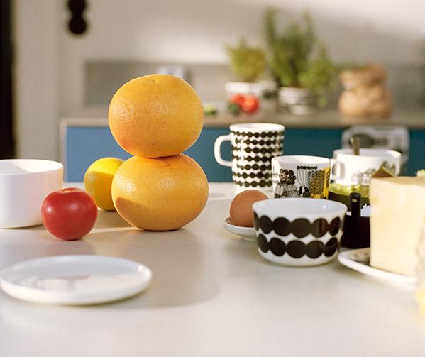 Marimekko-astioita aamiaispöydässä mandariinien kera