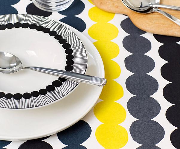 Räsymatto-kuvioinen pöytäliina sekä lautassetti