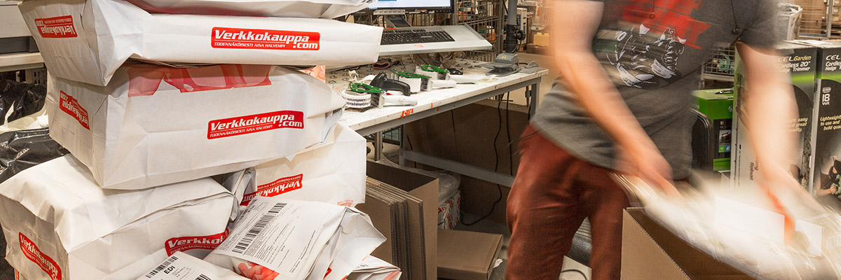 Verkkokauppa.comin varastossa pakataan lähetyksiä postitettaviksi
