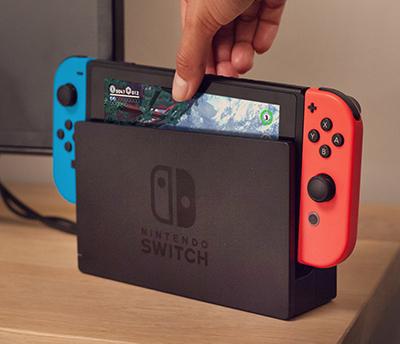 Nintendo Switch -konsoli laitetaan telakkaan jolloin kuvan saa TV-ruudulle