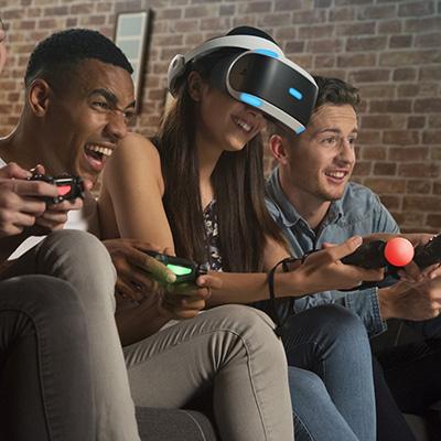 Porukka pelaamassa ja Playstation Move -ohjaimet