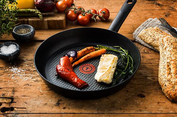 Tefal-paistinpannu ja paistettuja vihanneksia