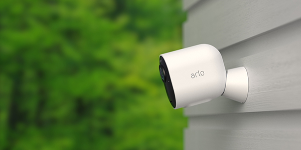 Arlo Ultra -valvontakamera kiinni ulkoseinässä