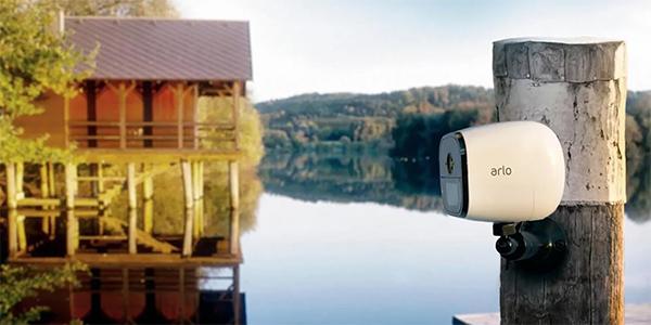 Arlo Go -valvontakamera mökillä laituriin kiinnitettynä