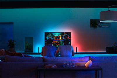 Kaverukset pelaamassa Philips Huen valaisemassa huoneessa
