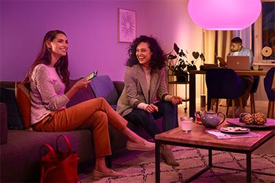 Philips Hue -valot valaisemassa olohuonetta