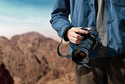Sony-kamera kädessä