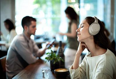 Sony-kuulokkeet päässä