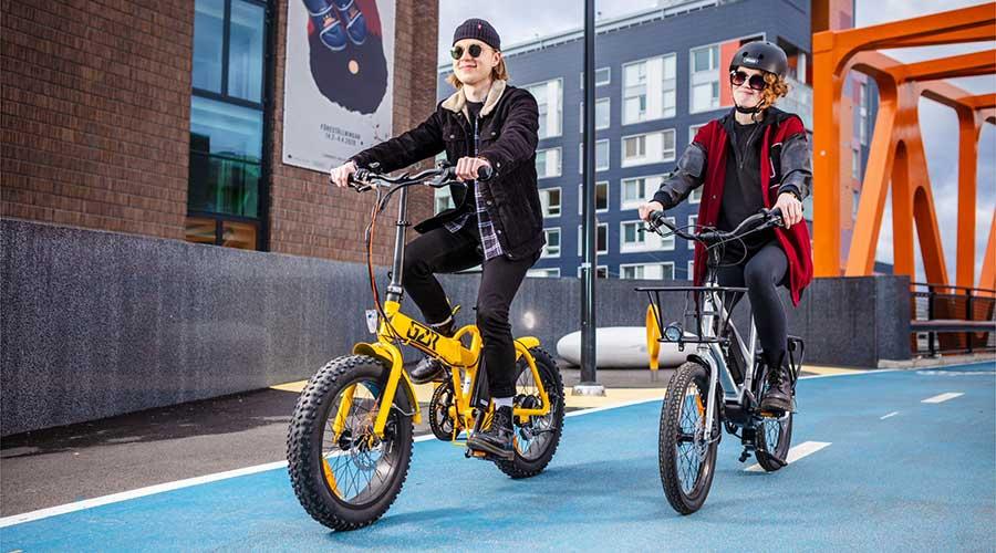Pyöräillen yhdessä auringonlaskuun