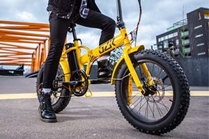 Iloisen keltainen ja tyylikäs GZR-sähköfatbike Jätkäsaaressa